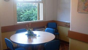 Uma das salas: mesa redonda para maior interatividade.